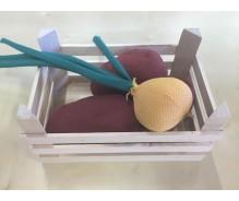 Kartupeļi un sīpols koka kastē